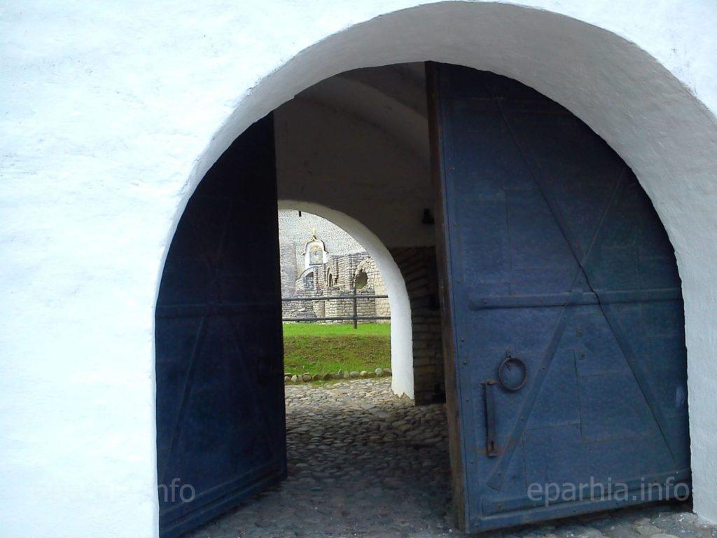 Собор Святой Троицы псковского кремля, вход