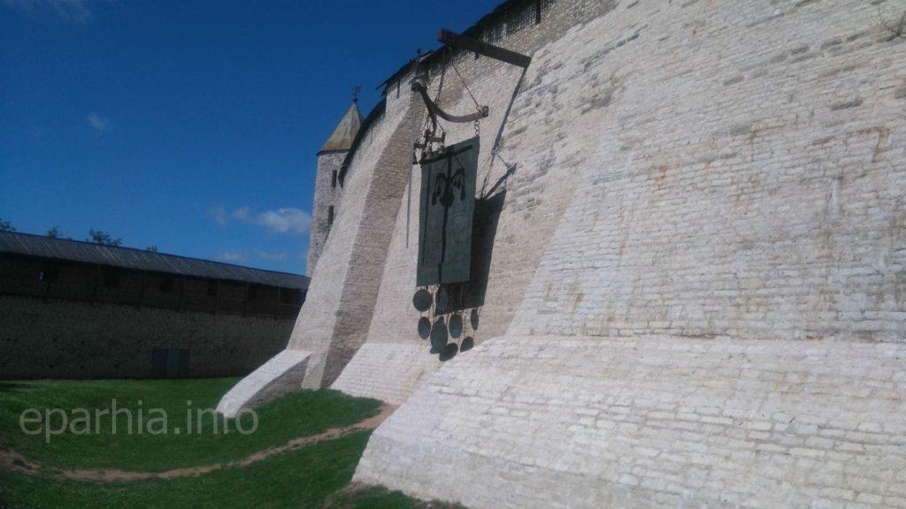 Стена псковского кремля - фото
