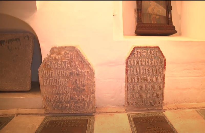 Надгробия - захоронения в подклете
